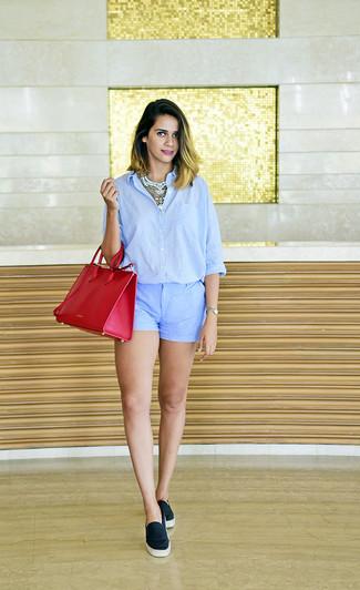 Un short à porter avec une chemise de ville bleu clair: Harmonise une chemise de ville bleu clair avec un short pour une tenue idéale le week-end. Décoince cette tenue avec une paire de des baskets à enfiler noires.