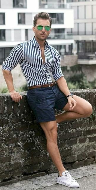 Comment porter: chemise de ville à rayures verticales blanc et bleu marine, short bleu marine, baskets basses blanches, ceinture en cuir marron