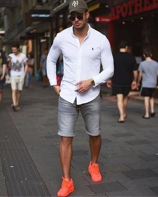 Comment porter: chemise de ville blanche, short en denim gris, baskets basses orange, casquette de base-ball imprimée olive