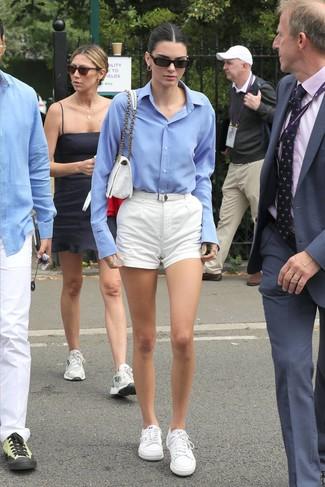 Tenue de Kendall Jenner: Chemise de ville bleu clair, Short blanc, Baskets basses blanches, Cartable en toile blanc