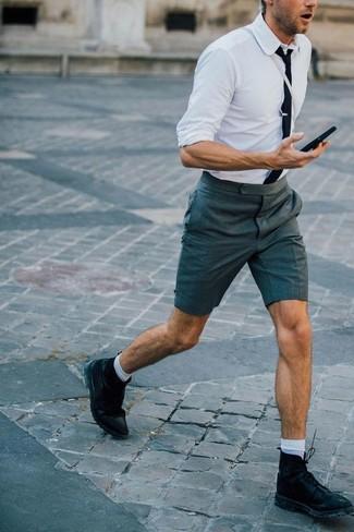 Comment porter: chemise de ville blanche, short gris foncé, bottes de loisirs en cuir noires, cravate noire