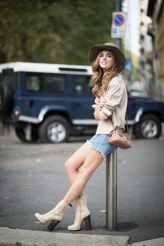 Comment porter: chemise de ville beige, short en denim bleu clair, bottines en cuir beiges, sac bandoulière en cuir imprimé serpent marron clair