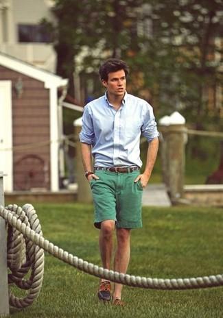 Comment porter: chemise de ville bleu clair, short vert, chaussures bateau marron, ceinture en cuir marron