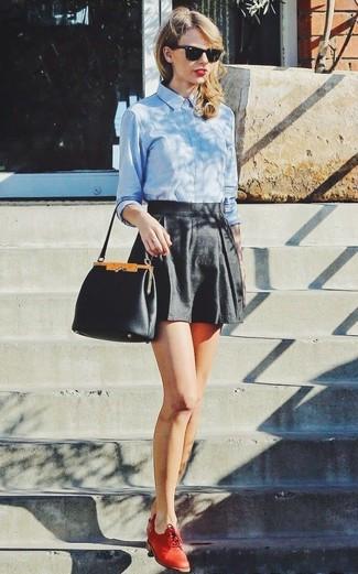 Tenue de Taylor Swift: Chemise de ville bleu clair, Short noir, Chaussures richelieu en cuir rouges, Sac à main en cuir noir