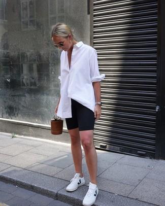 Comment porter: chemise de ville blanche, short cycliste noir, baskets basses en cuir blanches, sac bourse en cuir marron