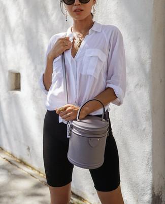 Comment porter: chemise de ville blanche, short cycliste noir, sac bandoulière en cuir gris, lunettes de soleil noires
