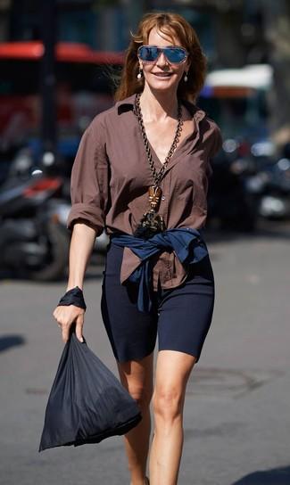Comment porter: chemise de ville marron, short cycliste bleu marine, sac fourre-tout en toile noir, lunettes de soleil bleu marine