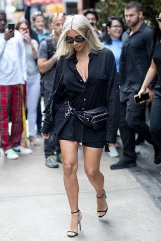 Comment porter: chemise de ville noire, short cycliste noir, sandales à talons en cuir noires, sac banane en cuir noir