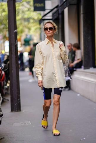 Comment porter des boucles d'oreilles dorées: Pense à associer une chemise de ville jaune avec des boucles d'oreilles dorées pour créer un look génial et idéal le week-end. Tu veux y aller doucement avec les chaussures? Fais d'une paire de des sandales plates en caoutchouc jaunes ton choix de souliers pour la journée.
