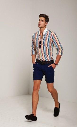 Comment porter: chemise de ville à rayures verticales multicolore, short bleu marine, mocassins à pampilles en daim marron foncé, ceinture en cuir marron foncé