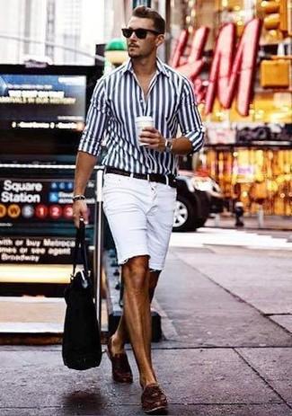 Comment porter: chemise de ville à rayures verticales blanc et bleu marine, short en denim blanc, mocassins à pampilles en cuir marron foncé, sac fourre-tout en toile noir