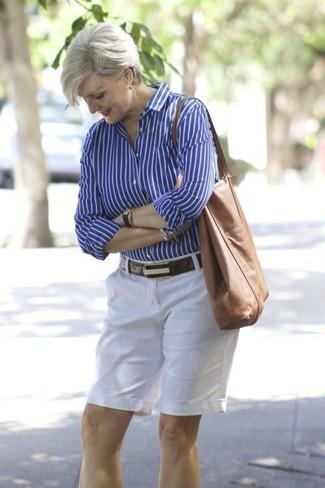 Comment porter: chemise de ville à rayures verticales bleue, short blanc, sac fourre-tout en cuir marron, ceinture en cuir marron foncé