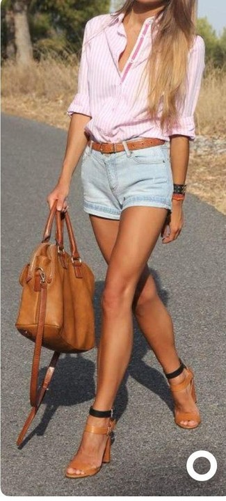 Comment porter: chemise de ville à rayures verticales rose, short en denim bleu clair, sandales à talons en cuir marron clair, sac fourre-tout en cuir tabac