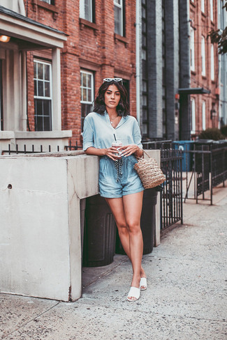 Comment porter: chemise de ville en soie bleu clair, short bleu clair, sandales plates en cuir blanches, sac bourse de paille marron clair