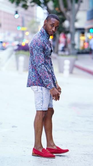 Comment porter: chemise de ville à fleurs bleue, short en denim bleu clair, slippers en daim fuchsia, montre dorée