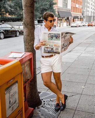 Comment porter: chemise de ville blanche, short blanc, slippers en daim noirs, ceinture en cuir marron