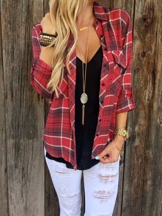 Comment porter: chemise de ville écossaise rouge, t-shirt à col en v noir, jean skinny déchiré blanc, montre dorée