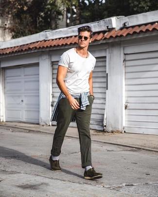 Tenue: Chemise de ville à rayures verticales blanc et bleu, T-shirt à col rond blanc, Jean gris foncé, Chaussures bateau en daim olive