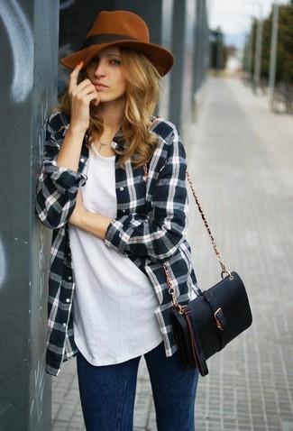 Comment porter: chemise de ville écossaise vert foncé, t-shirt à col rond blanc, jean skinny bleu marine, sac bandoulière en cuir noir
