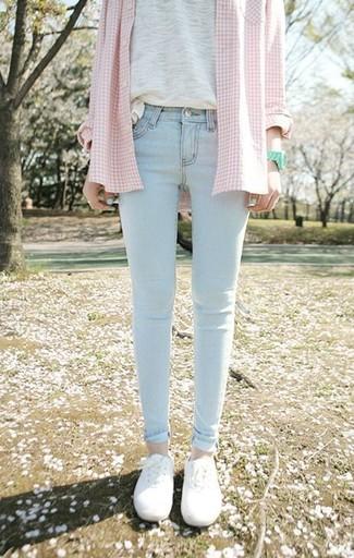Associer une chemise de ville écossaise rose avec un jean skinny bleu clair est une option confortable pour faire des courses en ville. Pourquoi ne pas ajouter une paire de des baskets basses blanches à l'ensemble pour une allure plus décontractée?