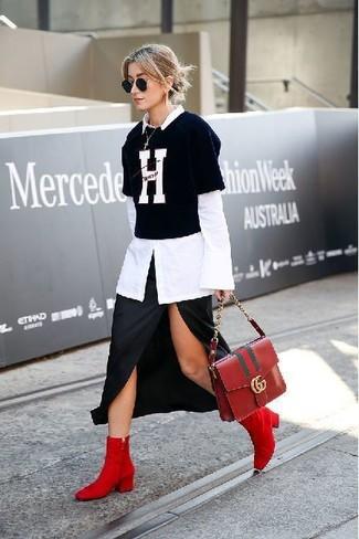 Comment porter: chemise de ville blanche, t-shirt à col rond imprimé noir et blanc, jupe mi-longue fendue noire, bottines en daim rouges