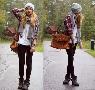 Comment porter: chemise de ville écossaise rouge et bleu marine, t-shirt à col rond blanc, leggings noirs, bottines en cuir noires