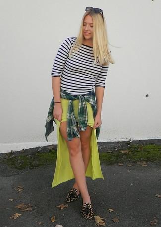 Comment porter: chemise de ville écossaise vert foncé, t-shirt à manche longue à rayures horizontales blanc et noir, jupe longue jaune, mocassins à pampilles en daim imprimés léopard marron clair