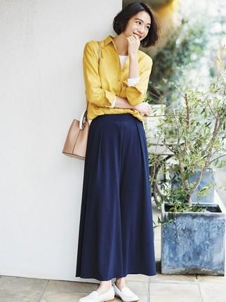 Comment porter: chemise de ville jaune, t-shirt à manche longue blanc, pantalon large bleu marine, slippers en cuir blancs