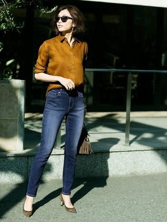 Comment porter: chemise de ville tabac, jean skinny bleu marine, escarpins en daim olive, sac fourre-tout en daim olive