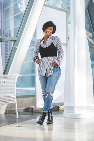Comment porter: chemise de ville à rayures verticales blanche et noire, top court noir, jean boyfriend déchiré bleu, bottines en cuir noires