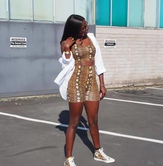 Comment porter: chemise de ville blanche, top court imprimé serpent marron, short cycliste imprimé serpent marron, baskets montantes en cuir dorées