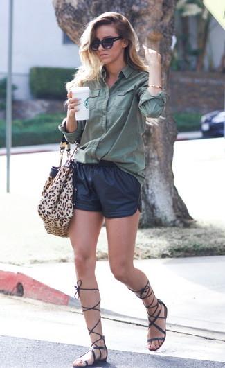 Comment porter un short en cuir noir: Pour une tenue de tous les jours pleine de caractère et de personnalité harmonise une chemise de ville vert foncé avec un short en cuir noir. Tu veux y aller doucement avec les chaussures? Termine ce look avec une paire de des sandales spartiates hautes en cuir noires pour la journée.