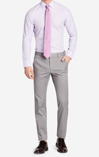 Comment porter: chemise de ville violet clair, pantalon chino gris, chaussures brogues en cuir marron foncé, cravate rose