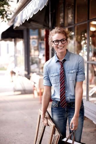 Comment porter: chemise en jean bleu clair, jean skinny bleu marine, cravate à rayures verticales blanc et rouge et bleu marine
