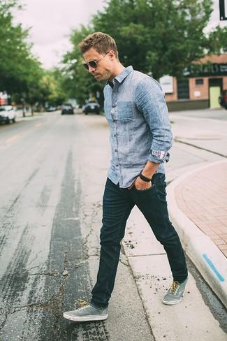 Essaie d'associer une chemise en jean avec un jean skinny bleu marine pour obtenir un look relax mais stylé. Assortis ce look avec une paire de des tennis gris.