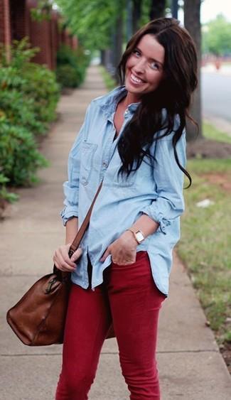 Comment porter: chemise en jean bleu clair, jean skinny rouge, grand sac en cuir marron, montre marron clair