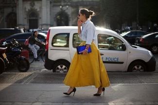 Associe une chemise en jean bleue claire avec une jupe évasée jaune pour affronter sans effort les défis que la journée te réserve. Apportez une touche d'élégance à votre tenue avec une paire de des escarpins en daim noirs.