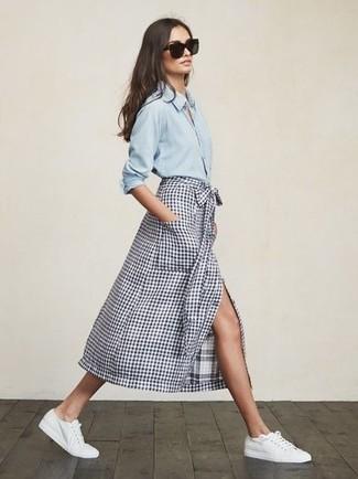 Comment porter: chemise en jean bleu clair, jupe mi-longue à carreaux blanc et bleu marine, baskets basses en toile blanches, lunettes de soleil noires