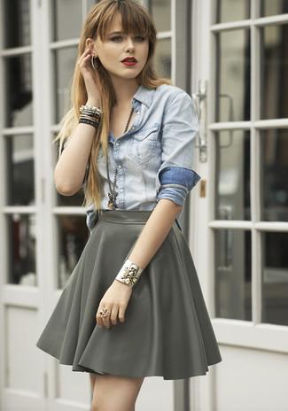 Comment porter: chemise en jean bleu clair, jupe patineuse grise