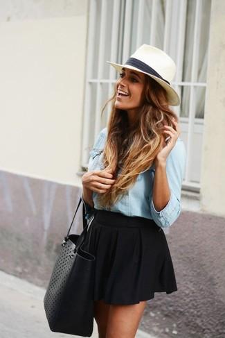 Comment porter un chapeau de paille blanc au printemps: Pense à opter pour une chemise en jean bleu clair et un chapeau de paille blanc pour une tenue idéale le week-end. Cette tenue est un superbe exemple du look vraiment printanier.