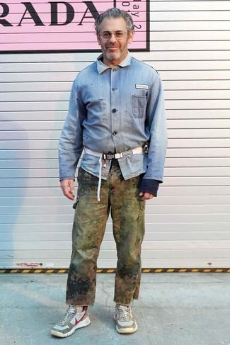 Tenue de Tom Sachs: Chemise en jean bleu clair, Pantalon cargo camouflage olive, Chaussures de sport beiges, Sac banane en toile blanc