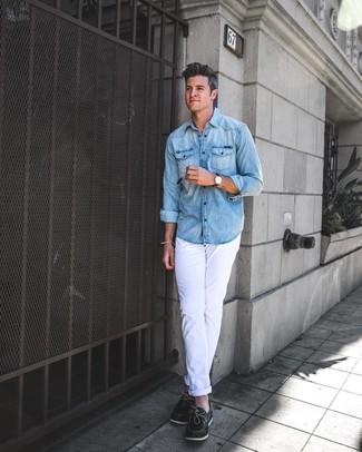 Comment porter: chemise en jean bleu clair, pantalon chino blanc, chaussures bateau en cuir noires, montre en cuir marron foncé
