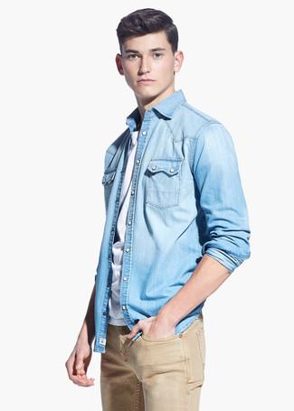 Comment porter: chemise en jean bleu clair, t-shirt à col rond blanc, jean marron clair
