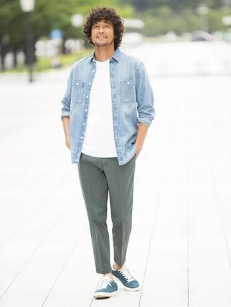 Associer une chemise en jean bleue claire avec un pantalon chino olive est une option confortable pour faire des courses en ville. Assortis ce look avec une paire de des baskets basses en daim bleu marine.