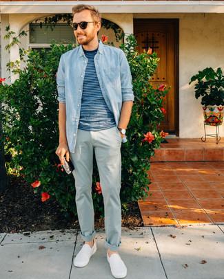 Comment porter: chemise en jean bleu clair, t-shirt à col rond à rayures horizontales bleu, pantalon chino bleu clair, baskets à enfiler blanches