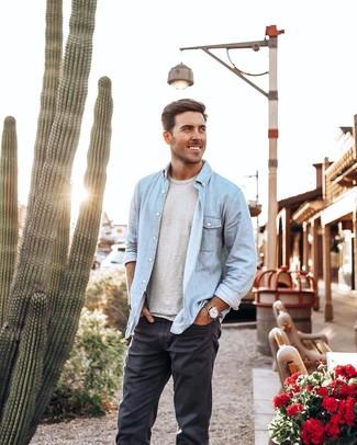 Comment porter: chemise en jean bleu clair, t-shirt à col rond gris, jean gris foncé, montre en cuir marron clair