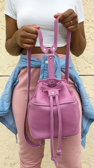 Comment porter: chemise en jean bleu clair, top court blanc, pantalon de jogging rose, sac bourse en cuir fuchsia