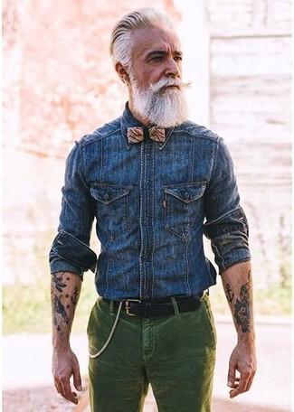 Comment porter: chemise en jean bleu marine, jean en velours côtelé vert foncé, nœud papillon imprimé marron clair, ceinture en cuir noire