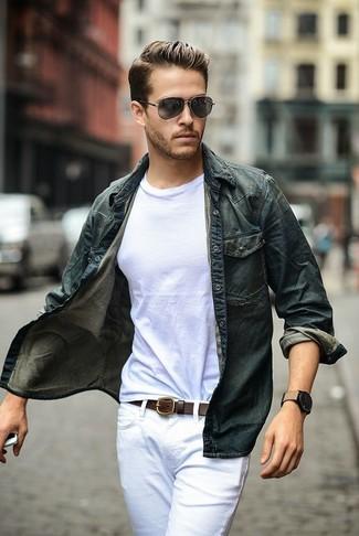 Comment porter: chemise en jean bleu marine, t-shirt à col rond blanc, jean blanc, ceinture en cuir marron foncé