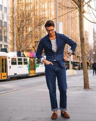 Comment porter: chemise en jean bleu marine, t-shirt à manche longue à rayures horizontales blanc et bleu marine, jean bleu marine, slippers en daim marron